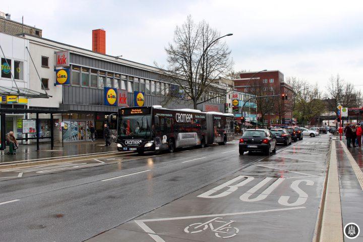 """Die Fuhlsbüttler Straße ist die zentrale Einkaufsstraße in Barmbek. Die Einzelhändler haben sich im Firmennetzwerk """"Die Fuhle"""" zusammengeschlossen. Auch die Discounterketten sind im Netzwerk vertreten."""