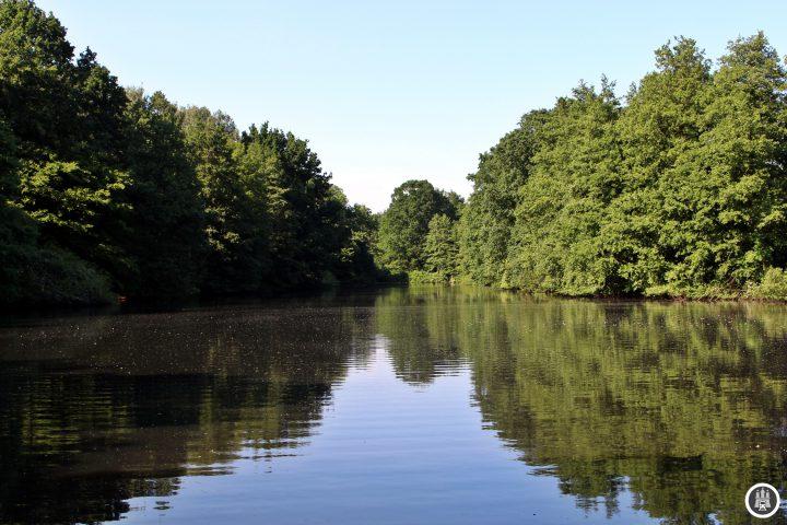 BU: Der Bramfelder See ist etwa 1,2 Kilometer lang und 400 Meter breit. An seinen tiefsten Stelen ist er drei Meter tief. Über Seebek und Osterbek läuft Wasser aus dem See in die Alster, der See wurde früher zur Massenfischzucht genutzt und heute von einem Anglerverein betreut. Etwa 800 Meter weiter befindet sich der kleine Bramfelder See, ursprünglich Alter Teich genannt.