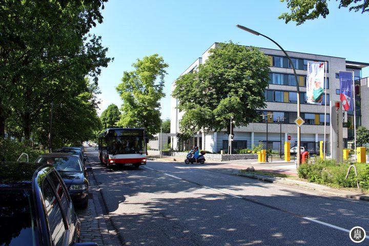 Das Bundeswehrkrankenhaus in Wandsbek-Gartenstadt ist eines von fünf verbliebenen Bundeswehrkrankenhäusern in Deutschland und ging aus dem 1937 eröffneten Standortlazarett des Heeres hervor. Derzeit beherbergt es 307 Betten mit 790 Angestellten, davon sind 250 Ärzte. Bereits seit 1970 dürfen auch Zivilisten im Bundeswehrkrankenhaus behandelt werden.