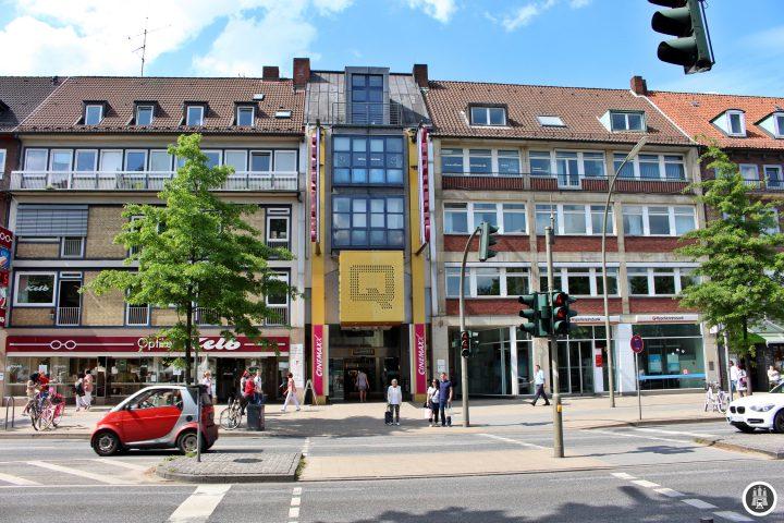 Das Wandsbeker Quarree wurde 1988 eröffnet, 2010 kam das Q3 an der Wandsbeker Marktstraße hinzu. Quarree bedeutet übersetzt Häuserblock, was auf den Grundriss anspielt. Derzeit befinden sich etwa 90 Geschäfte auf einer Gesamtfläche von 40.000 Quadratmetern.