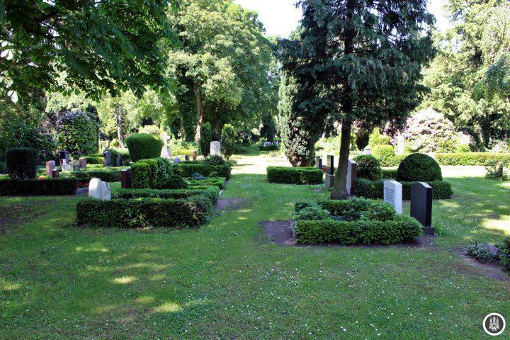 Der Friedhof Tonndorf wurde am 19. November 1880 als neuer Friedhof von Wandsbek auf einer Fläche von zehn Hektar angelegt. In dem Friedhof befindet sich eine Kapelle von 1914, die kleinere davor entstandene Kapelle wird als Steinmetzbetrieb genutzt. Da Tonndorf mit der Eröffnung des Ohlsdorfer Friedhofes nicht zu Hamburg gehörte, wurde der Tonndorfer Friedhof nicht endwidmet und wird heute noch aktiv genutzt.