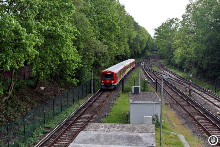 Die Alstertalbahn wurde, unter starkem Protest Hamburgs, am 15. Januar 1918 eröffnet und bis 1924 noch mit Benzoltriebwagen betrieben. Die Strecke ist 5,888 Kilometer lang und beinhaltet die Stationen Kornweg, Hoheneichen, Wellingsbüttel und Poppenbüttel. Langfristig soll die Strecke nach Bergstedt oder Sasel verlängert werden, eine Realisierung in den nächsten 50 Jahren ist jedoch unwahrscheinlich. Wir sehen einen Zug der Baureihe 474, welcher in Kürze den Bahnhof Poppenbüttel erreichen wird.
