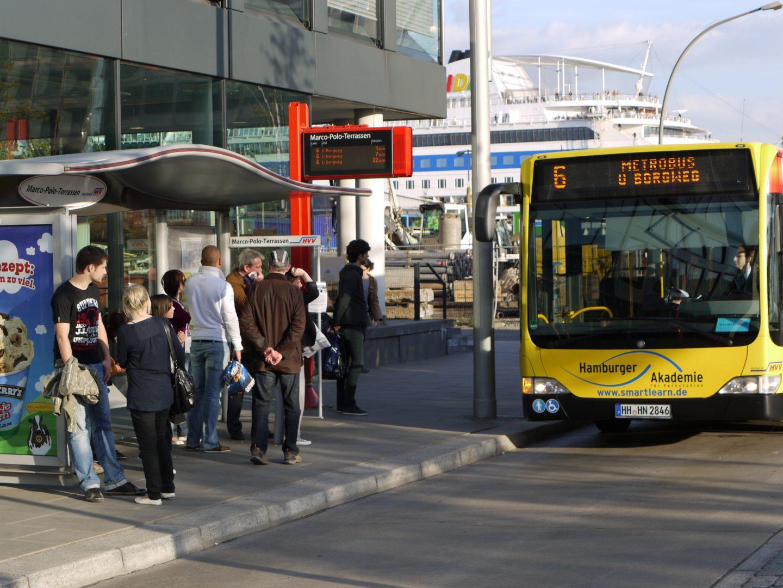 Ein Bus der Linie 6 an den Marco-Polo-Terassen, so, wie es bis Ende 2012 er Fahrplan vorsah. © Hamburger Verkehrsverbund