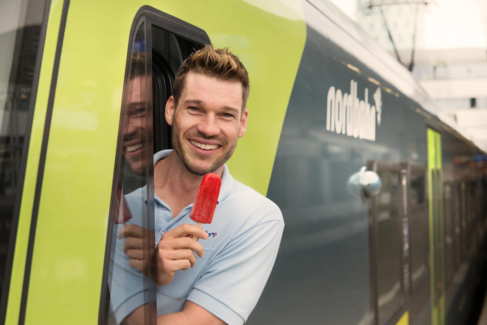 Am 19. Juli verteilt die Hamburger Eis-Manufaktur puro ice pops leckeres Eis in den Zügen der nordbahn zwischen Neumünster und Bad Oldesloe sowie zwischen Altona und Elmshorn bzw. dem Hamburger Hauptbahnhof - kostenfrei als Überraschung für die Fahrgäste. (c) nordbahn