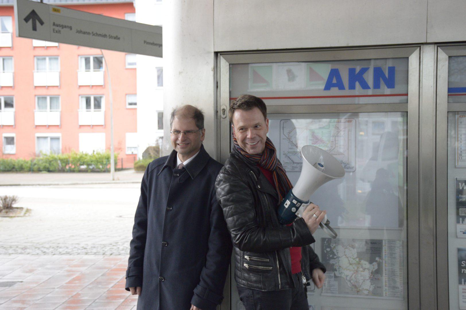 Ulf Ansorge spricht die Ansagen der AKN und wurde 1965 in Hamburg geboren. Er studierte angewandte Kulturwissenschaften in Lüneburg. Er ist ebenfalls Moderator im Hamburg-Journal und bei NDR 90,3. © AKN Eisenbahn AG