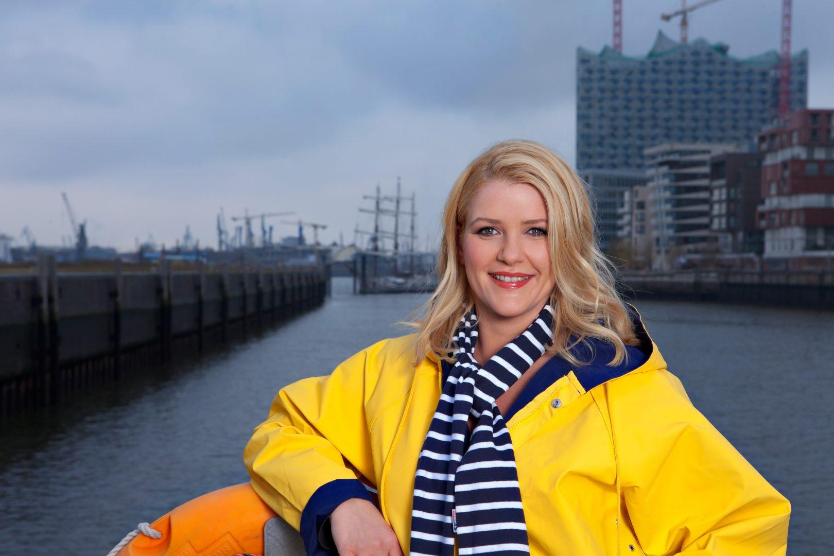 Die Hochbahn-Stimme Anke Harnack wurde 1979 in Bergen auf Rügen geboren. Sie arbeitet als Moderatorin beim Hamburg-Journal und NDR 90,3 und hat Wirtschaftsrecht studiert. (CC) Christine Lutz