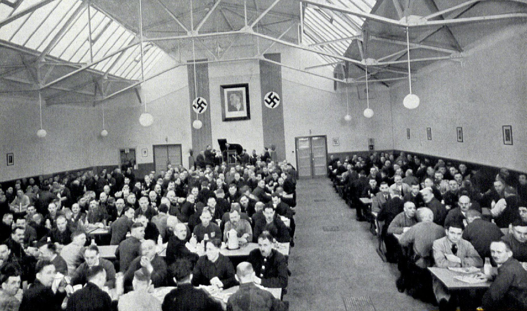 Der Nationalsozialismus brachte teilweise auch bessere Arbeitsbedingungen, wie hier in den Gleisbau-Werkstätten. Aus: Stirn und Faust, Mitarbeiterzeitschrift der HHA vom 30.01.1937