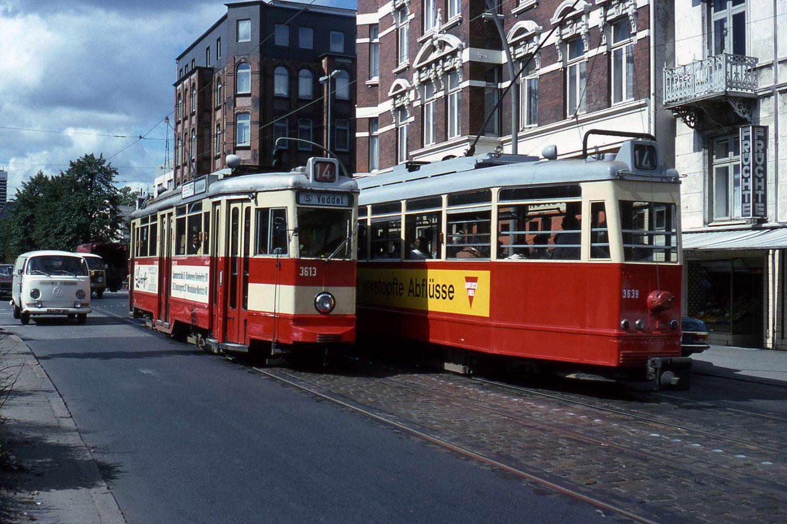 Zwei Triebwagen vom Typ V6 begegnen sich auf der Linie 14 in der Straße Landwehr nahe der Kreuzung mit der Wandsbeker Chaussee. - (cc) Voogd075