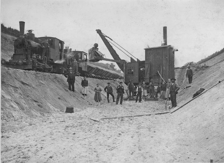 Mühsam fanden die Bauarbeiten auf der etwa 20 Kilometer langen Strecke statt – mit damals noch unausgereiften Maschinen, viel Muskelkraft und mitten im zweiten Weltkrieg. © AKN Eisenbahn AG